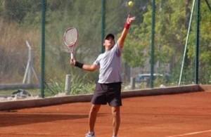 Practicar tenis en individual o en equipo