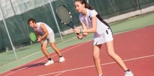 Practicar tenis individual o en equipo.