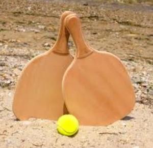 Beneficios de jugar a las palas en la playa